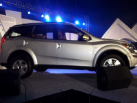 Mahindra XUV500 side view pic 2