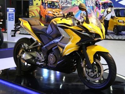 Bajaj Pulsar RS 200 and Yamaha YZF R15 Version 2.0 ready to lock horns | CarTrade.com