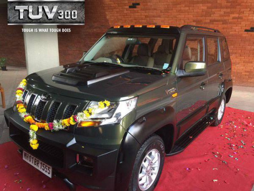 Anand Mahindra drives home a customized TUV300 | CarTrade.com