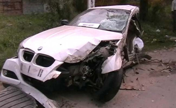 BMW car breaks into three pieces post fatal crash in Ludhiana | CarTrade.com
