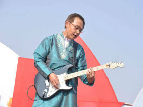Honda CEO Kanayama plays guitar to the tune of