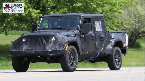 Jeep caught testing its Wrangler pickup | CarTrade.com