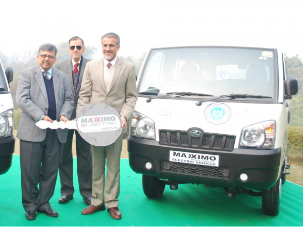 Mahindra hands over Maxximo electric vehicle to Agra Development Authority | CarTrade.com