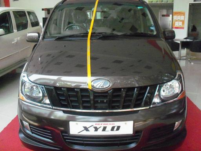 Mahindra Xylo Front Side View 1