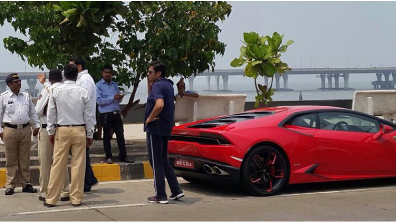 Arnab Goswami stops Speeding Lamborghini on Bandra-Worli Sea Link