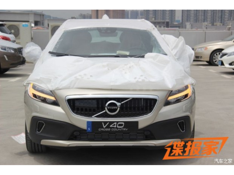volvo 39 s facelifted v40 cross country fully revealed cartrade. Black Bedroom Furniture Sets. Home Design Ideas